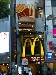 アメリカ村 マックも大阪では大きなオブジェ